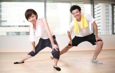 ジムで運動する男性と女性